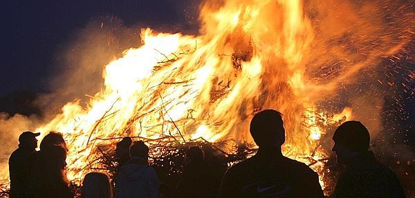 03.04.2013 – Hunderte wärmen sich an Osterfeuern