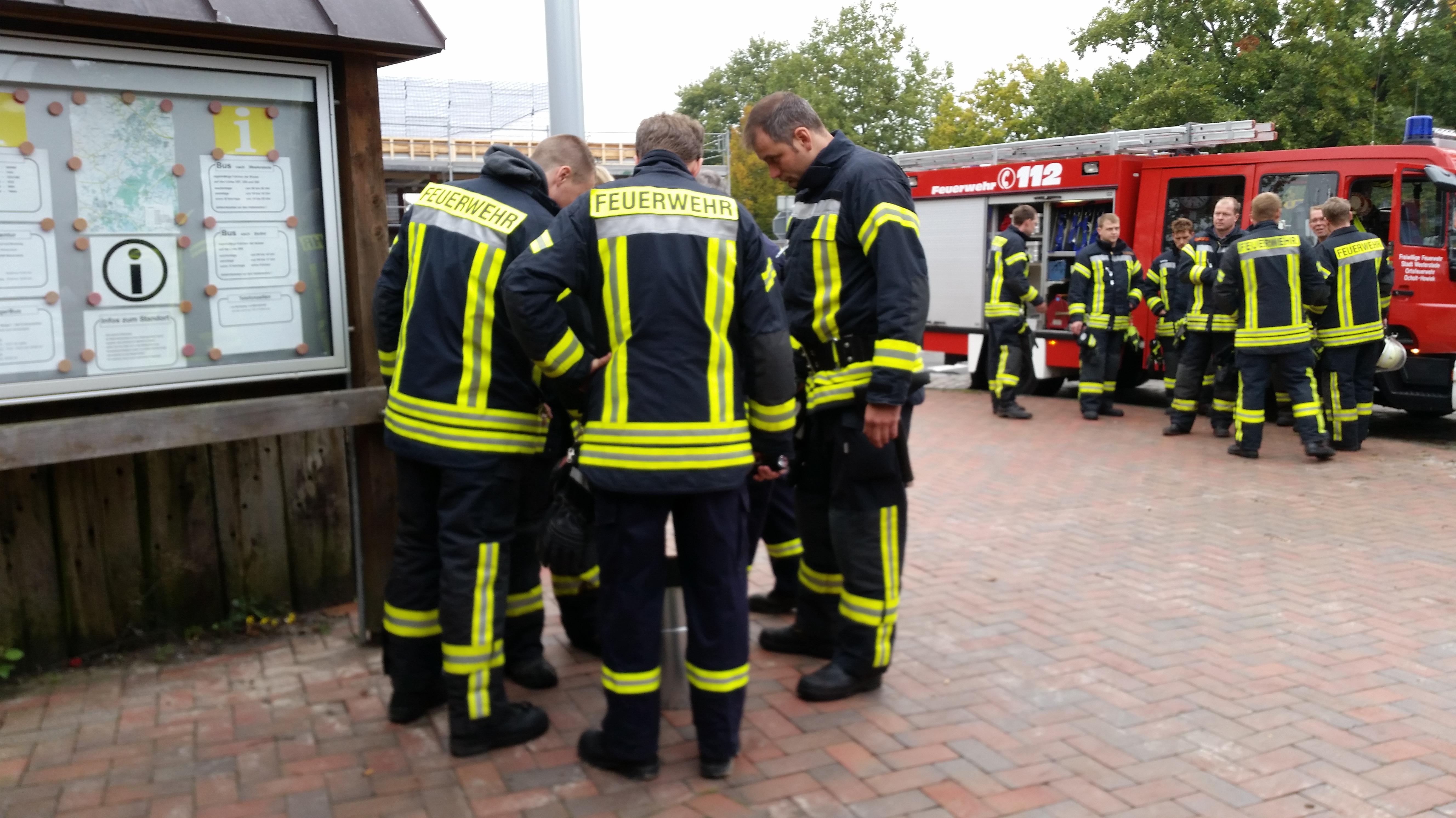 Am 17.10.2015 um 16:24 Uhr – Kleinbrand FW — Brennt Mülleimer im Gebäude